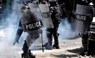 A une semaine du 1er tour de la présidentielle, la tension restait vive au Sénégal où de nouveaux affrontements ont eu lieu dimanche à Dakar après deux jours de violences (une vingtaine de blessés) liées à la contestation de la candidature du chef de l'Etat sortant Abdoulaye Wade.
