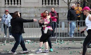 Une participante au marathon de Boston sous le choc après l'attentat le 15 avril 2013
