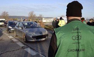 Des salariés du service de protection contre les rayonnements au Commissariat à l'énergie atomique et aux énergies alternatives, bloquent l'entrée du CEA de Cadarache, le 15 décembre 2014