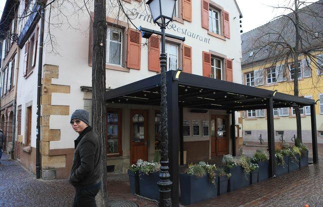 Touriste chinois à Colmar (Alsace) devant le restaurant Bistrot des Lavandières le 12 février 2019