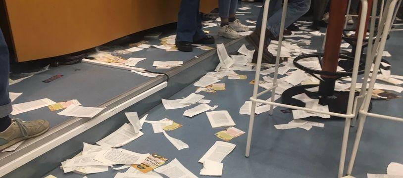 Les livres de François Hollande ont été déchirés.