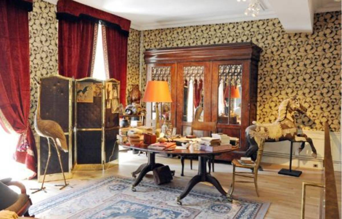 Tout l 39 esprit de cocteau dans une maison for Salon style oriental chic