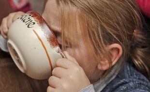Une petite fille qui prend son petit-déjeuner.