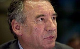 """François Bayrou, président du MoDem, a dit mercredi """"respecter"""" le candidat socialiste François Hollande, alors qu'on lui demandait s'il le prendrait dans son gouvernement en cas d'accession à l'Elysée."""