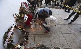 Des Tunisiens rendent hommage aux victimes de l'attentat du musée Bardo, le 19 mars 2015. Credit:Javier Lizon/EFE/SIPA/1503201045