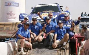 L'équipage français composé de Jean-Louis Schlesser et Cyril Esquirol (Buggy Schlesser) a remporté la 5e édition du rallye Africa Eco Race, dont les concurrents ont achevé leur aventure mercredi après-midi sur les bords du Lac Rose, à 35 km à l'est de Dakar.