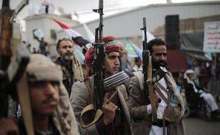 Les partisans des Houthis tiennent leurs armes alors qu'ils assistent à un rassemblement pour marquer le septième anniversaire de la prise de contrôle par les Houthis de la capitale yéménite, à Sanaa, au Yémen, le mardi 21 septembre 2021.