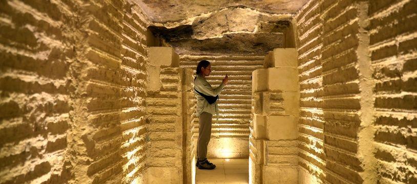 Une exploration d'une nécropole à Saqqara, illustration