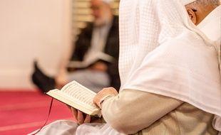 Prière du vendredi dans une mosquée. Illustration.