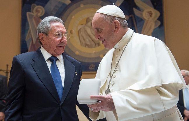 Le pape François (D) discute avec le président cubain, Raul Castro, lors d'une rencontre privée au Vatican, le 10 mai 2015.