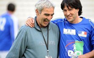 Jérôme Bonnissel (à droite) aux côtés de Raymond Domenech, ancien sélectionneur de l'équipe de France, le 20 mai 2008.
