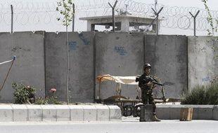Un soldat afghan devant la prison de Kandahar, dont 500 Tlibans se sont évadés, le 25 avril 2011.
