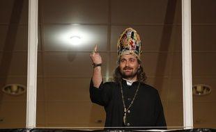 Lille, le 20 mars 2014. Alessandro Di Giuseppe, candidat de l'Eglise de la très sainte consommation pour l'élection municipale à Lille, donne un meeting avant le 1er tour devant près de 400 personnes.