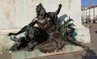 Les deux statues situées au pied du cheval de la place Bellecour à Lyon vont définitivement quitter les lieux, une fois qu'elles auront été restaurées.