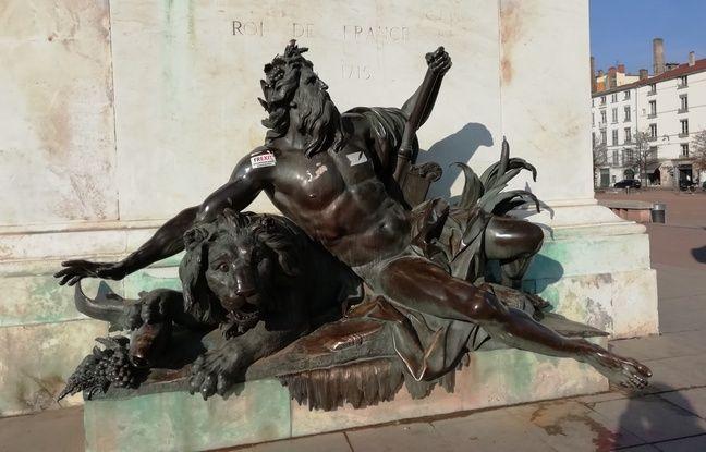 VIDEO. Lyon : Les deux statues situées au pied du cheval vont définitivement quitter la place Bellecour