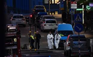 Les secours et la police interviennent après l'attentat survenu dans le centre de Stockholm, en Suède, le 7 avril 2017.