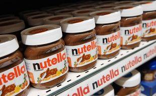 Des pots de Nutella en rayon.