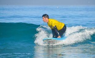 Le surfeur se hisse sur ses genoux pour glisser.