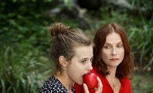 Lou de Laâge et Isabelle Huppert dans «Blanche comme neige» d'Anne Fontaine