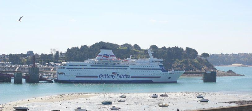 Un navire de la Brittany Ferries dans le port de Saint-Malo.