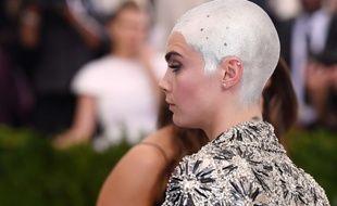 Cara Delevingne en a marre des critiques sur son crâne rasé