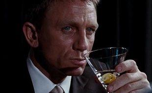 Capture d'écran du film Casino Royale où James Bond incarné par Daniel Craig trinque à la Vodka-Martini