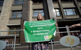 """Les députés russes ont définitivement adopté vendredi la loi qui qualifie d'""""agents de l'étranger"""" et place sous contrôle les ONG ayant un financement étranger et une activité """"politique"""", suscitant de vives critiques d'opposants au régime de Vladimir Poutine."""