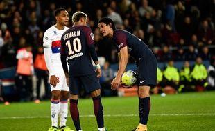 Cavani et Neymar se disputent pour savoir qui va tirer un penalty, lors de PSG-Lyon, le 17 septembre 2017.
