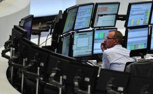"""Les Bourses européennes ont ouvert en baisse lundi tout en parvenant à rapidement limiter leurs pertes, les marchés ayant largement anticipé l'annonce vendredi de la dégradation par Standard & Poors de la note de neuf pays de la zone euro, dont la France qui a perdu son """"AAA""""."""