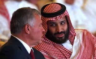 Le prince héritier saoudien MBS discute avec le roi de Jordanie, au forum économique de Riyad le 23 octobre 2018.