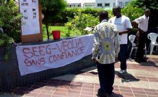 """Le Gabon a menacé lundi Veolia Environnement de """"mesures fortes"""" après une coupure d'eau de plusieurs jours à Libreville, le groupe français se disant de son côté prêt à vendre sa filiale à 51% dans le pays."""