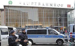 Une voiture de police devant la gare de Cologne, le 6 janvier 2016