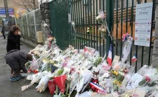 Des fleurs sont déposées devant la gendarmerie de Carcassonne en hommage ua lieutenant-colonel Arnaud Beltrame.