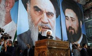 Le président iranien Hassan Rouhani prononce un discours, le 3 juin 2014 à Téhéran, sous le portrait de l'Ayatollah Ruhollah Khomeiny dont le pays commémore les 25 ans de la disparition