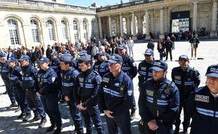 La police municipale observe une minute de silence à la mémoire du policier tué sur les Champs-Elysées, à Bordeaux le 21 avril 2017.