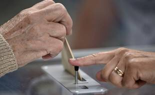 Dans un bureau de vote lors du second tour des élections régionales de 2021. (illustration)