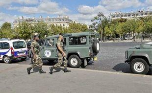 Une patrouille dans les rues de Paris, près de l'Arc de Triomphe, le 17 septembre.