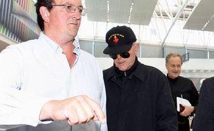 L'évêque catholique Richard Williamson à l'aéroport de Buenos Aires, le 24 février 2009. Expulsé d'Argentine pour ses propos négationnistes, il s'en retourne à Londres et dans son pays d'origine.