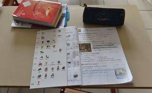 Un cahier d'écolier en classe de CP (image d'illustration).