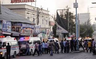 Des ambulances aux abords de l'hôtel Afrik à Mogadiscio, le 31 janvier 2021.