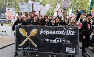 Manifestation à Leicester Square à Londres pour protester contre les salaires de misère, les contrats précaires et le manque de reconnaissance des syndicats le 4 octobre 2018.