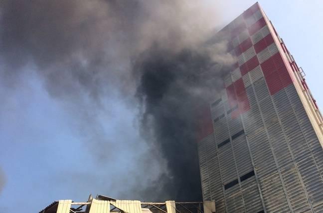 Le toit du silo à grains du Comptoir agricole a été complètement soufflé lors de l'explosion qui a fait quatre blessés dont trois graves, fragilisant au passage la tour voisine.