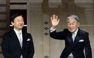 Le prince héritier Naruhito et l'empereur Akihito à Tokyo, le 2 janvier 2015.