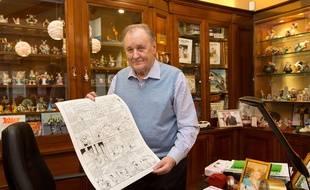 Albert Uderzo pose avec la planche originale des «Lauriers de César» vendue aux enchères au profit des familles des victimes des attentats à Charlie Hebdo le 15 janvier 2015.