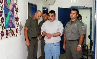 Le Libanais Samir Kuntar (c), escorté par des gardiens israéliens, va être libéré de la prison de Hadarim, le 16 juillet 2008