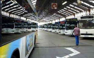 Les bus remplacent le métro pour trois stations de la ligne 2, à Marseille.
