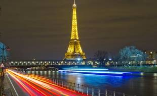 La Tour Eiffel illuminée à Paris, le 8 mars 2016.