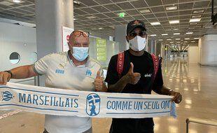 Gerson à son arrivée à Marseille, accueilli par Titi.