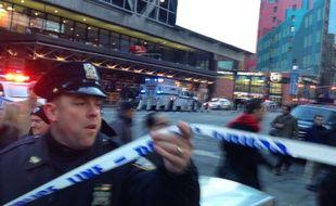 Une personne a été arrêtée à New York après une explosion d'origine encore inconnue survenue près de la gare routière de Manhattan, lundi 11 décembre 2017.