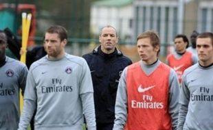 Le Paris SG a vécu un lundi de folie: le président Alain Cayzac a remis sa démission et le patron de presse Michel Moulin a été nommé conseiller sportif, tandis que des supporters ont conspué Paul Le Guen, toujours entraîneur, et ses joueurs à l'entraînement.